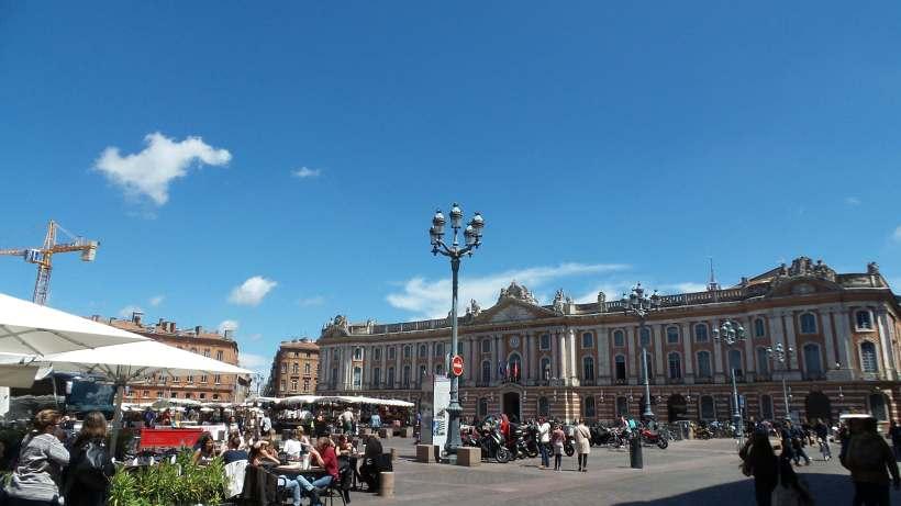 La Place du Capitole à Toulouse, le bâtiment héberge l'Hôtel de ville et l'Opéra de la ville